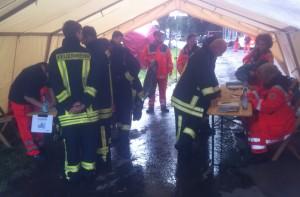 Einsatz bei einem Industriebrand in Herscheid: Registrierung für Feuerwehrkameraden zur Untersuchung nach möglichem Kontkat mit giftigen Stoffen.